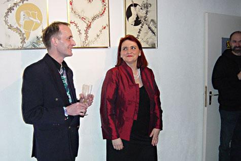 Frau Borja mit dem Künstler Le Léonard, der das Eulenschulenlogo entworfen hat